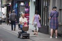 טיול עם הקלנועית יחיד עם סלסלת מצרכים ברחבי העיר