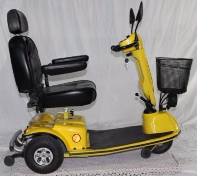 קלנועית יחיד צהובה עם מושב אחד