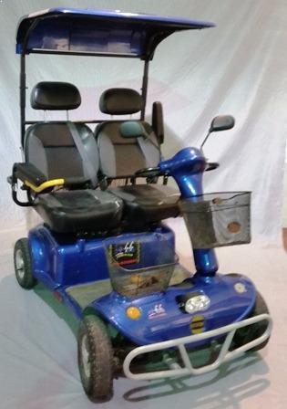 קלנועית כחולה עם זוג מושבים אורטופדיים וזוג סלים מקדימה לשני המושבים