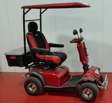 קלנועית יחיד אדומה עם ארגז מאחור