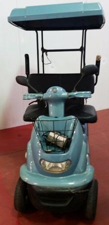 קלנועית בצבע טורקיז עם גגון