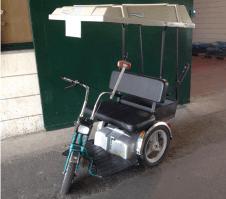 קלנועית עם זוג מושבים בעלת שלושה גלגלים