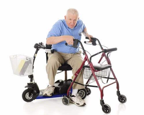 אדם מבוגר יושב על קלנועית מיני