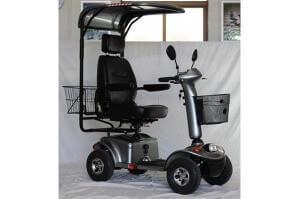 קלנועית בצבע כסוף עם מושב אחד וגגון