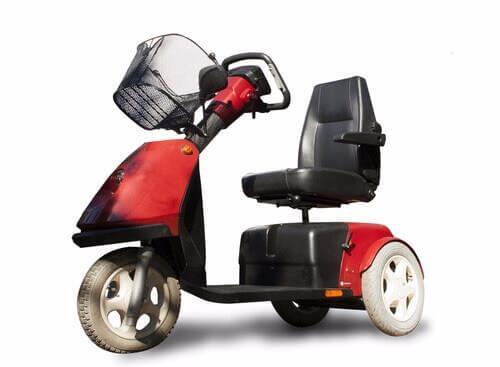 קלנועית מיני אדומה שחורה עם שלושה גלגלים