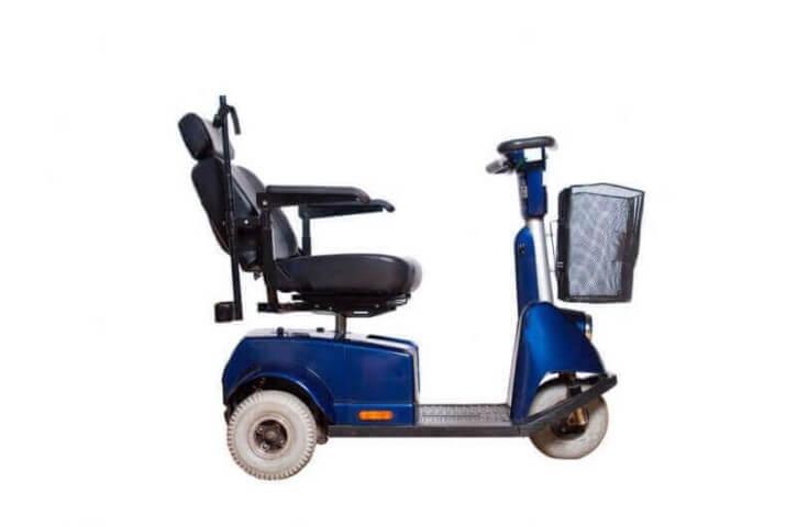 קלנועית יחיד בצבע כחול עם סלסלה לאחסון הדברים