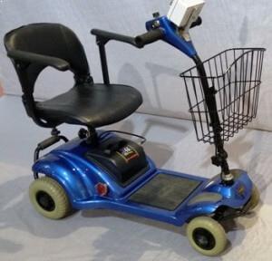 קלנועית כחולה עם מושב אחד ופיקוד שבת וסל מקדימה