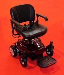 קלנועית בצורה של כסא גלגלים עם ארבע גלגלים קטנים ומקום לרגליים