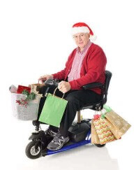 תמונה של אדם מבוגר מחופש לסנטה קלאוס נוסע בקלנועית